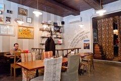 Большое кафе и магазин студии Артемия Лебедева в Банковском переулке в Москве